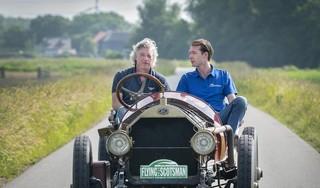 Bloemendaler Michel Laarman neemt met zijn klassieke auto uit 1911 deel aan tocht over 100-jarige Zeeweg. 'Ik heb met mijn Knox de rally Beijing-Parijs gereden' [video]