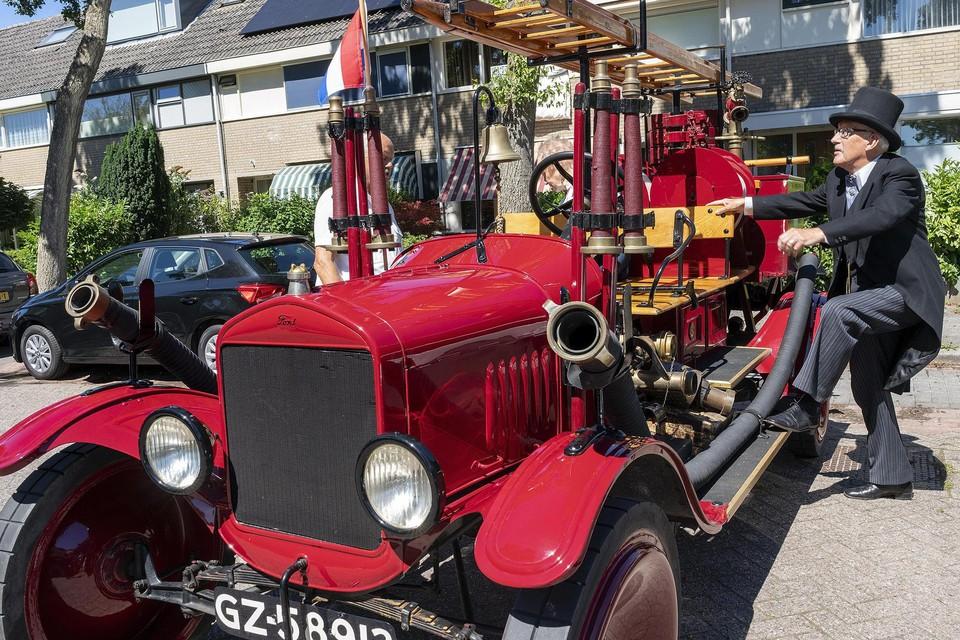 Henk Aandewiel stapt in de brandweerauto uit 1924.