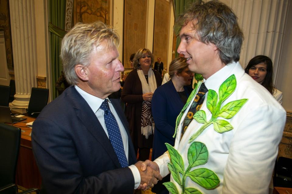 Fabian Zoon in 'outfit' van de Partij voor de Dieren drukt vertrekkend Statenlid Jaap Bond de hand.