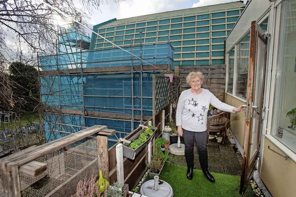 Lenie van der Meer op haar terras waar ze tegen de bouw van een nieuw hotel aankijkt.