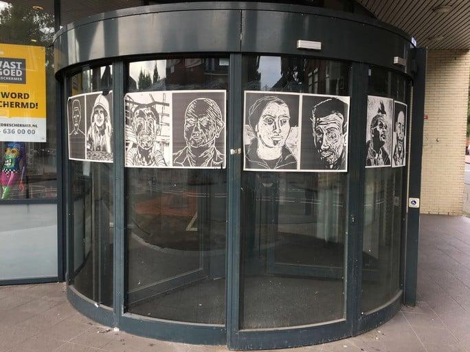 Muurkranten in Zaanstad geven illegalen een gezicht