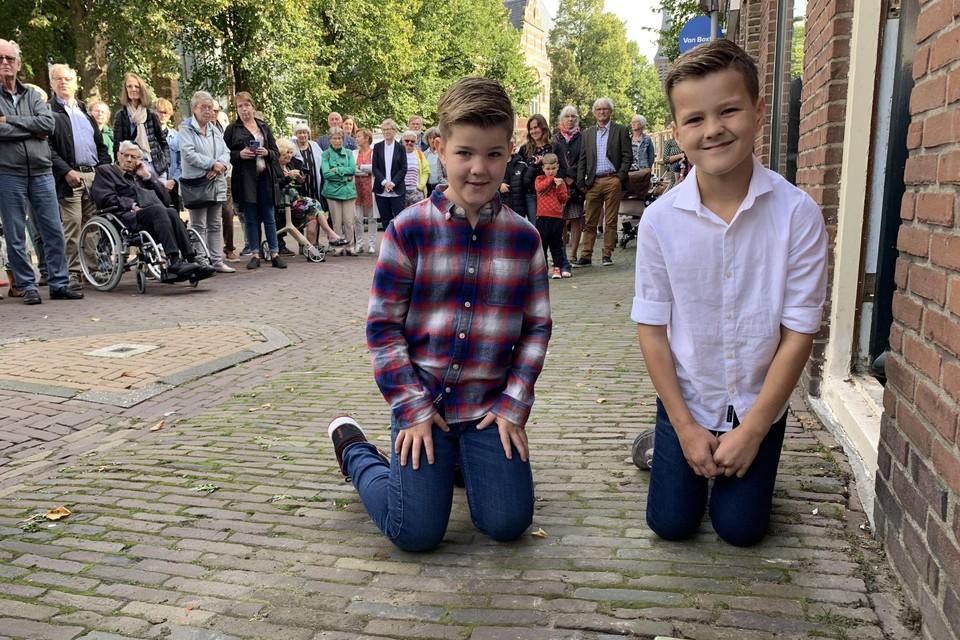 De broers Tors (l) en Tren Busker hebben de vier struikelstenen voor de familie De Groot gelegd.