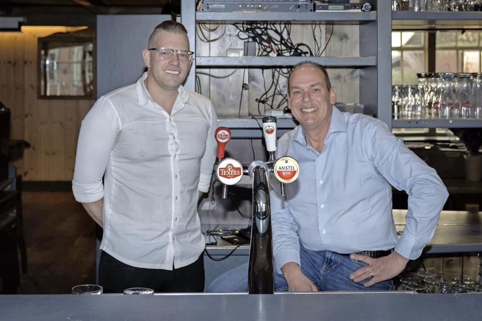 Sam en Frank Anthonissen (rechts) in hun eetcafé De Bierstal in Wijdenes.