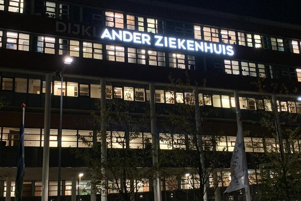 Een deel van de verlichting bij de hoofdingang van het Dijklander Ziekenhuis in Hoorn is sinds dit weekend defect.