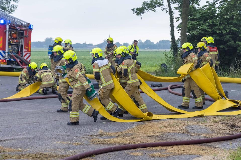 Brandweerlieden in rep en roer tijdens de brand bij de grasdrogerin in Lambertschaag.