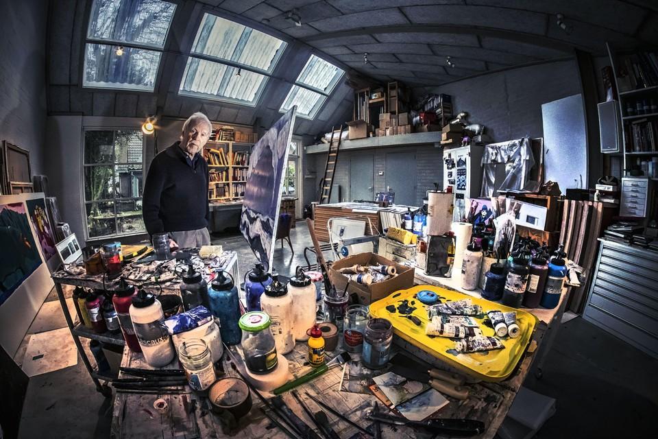 Kees de Kort in het atelier achter zijn huis, waar hij nog bijna dagelijks schildert.