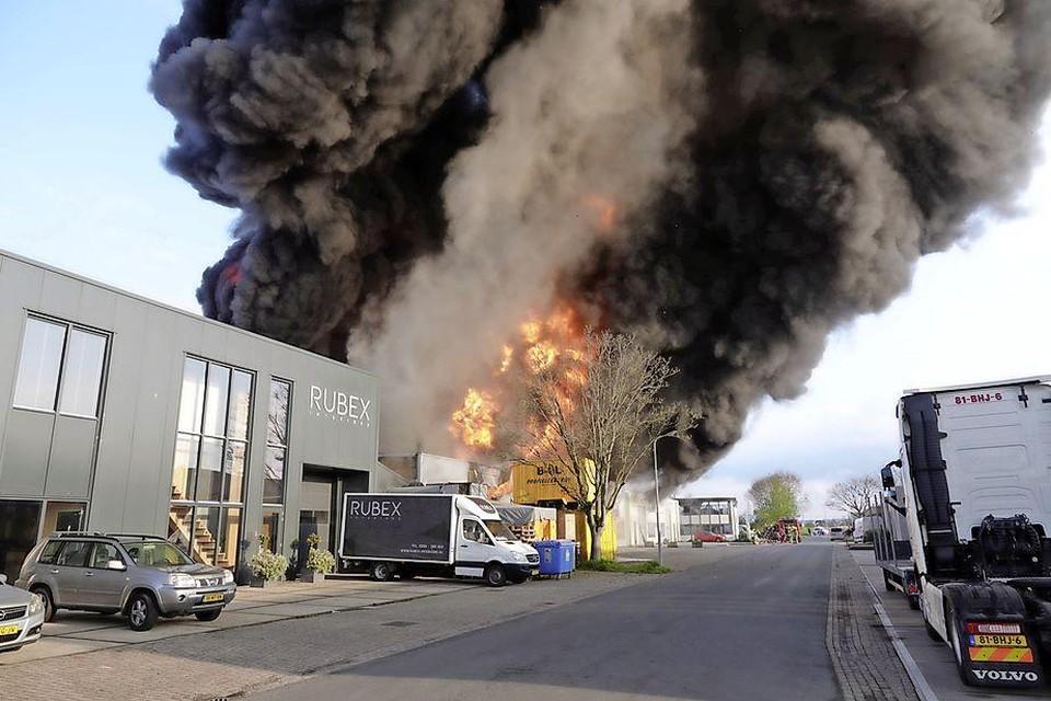 De brand verwoestte de bedrijven BOL Profielcentrum en Natuurlijk AST.