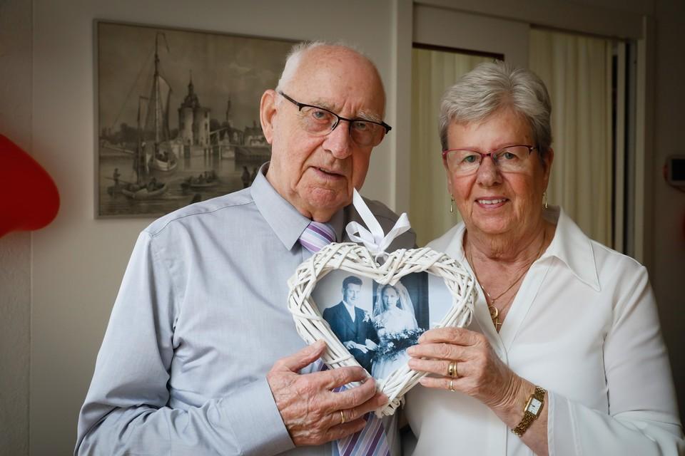 Het echtpaar Schuitenmaker uit Enkhuizen is zestig jaar getrouwd.