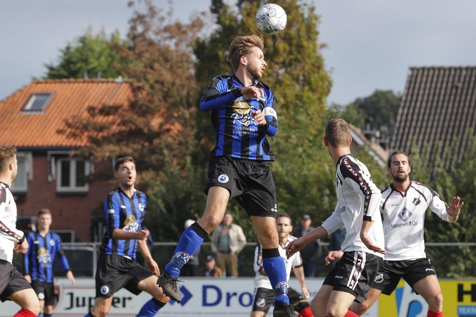 Jort Kaandorp kopt de bal naast het doel van ZAP.