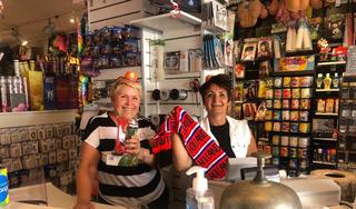 Oranjekoorts nog in de schaduw van corona, maar in Het Feestwinkeltje kocht iemand tien pakken met vlaggen