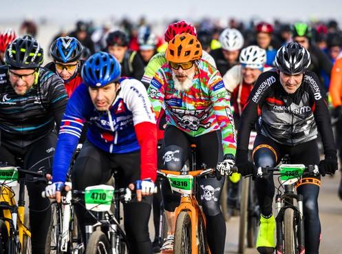 Egmond-Pier-Egmond trekt steeds meer vreemde kostgangers: renner van Movistar mocht echter niet starten