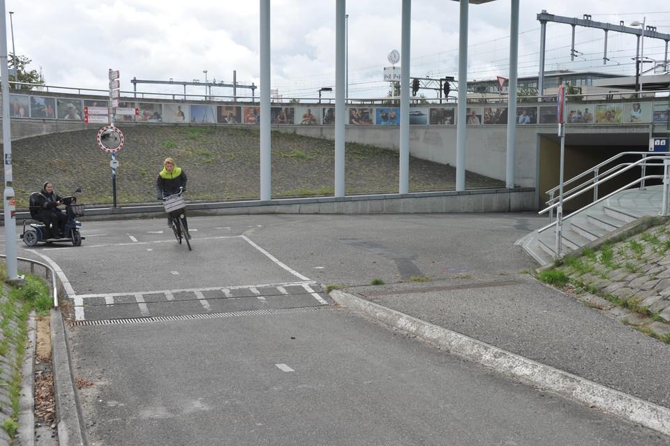 Een steil fietspad naar de tunnel bij station Uitgeest. Voetgangers moeten er ook nog oversteken.