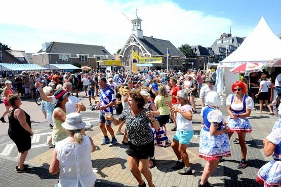Feest in Huisduinen na de binnenkomst van deelnemers Strandzesdaagse