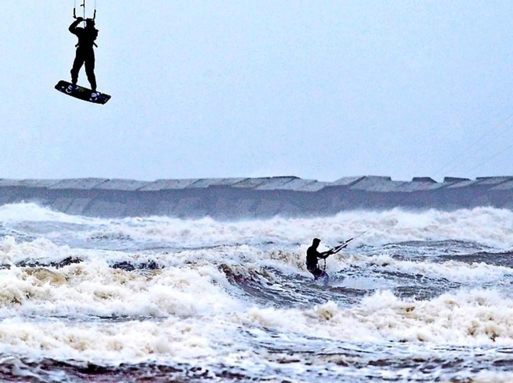 Niet kitesurfen of de pieren in IJmuiden betreden tijdens de storm want dit is 'levensgevaarlijk', w