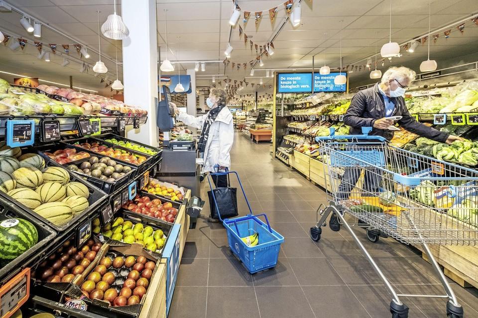 Bezoekers van de winkel maken kennis met de vernieuwde versafdeling.