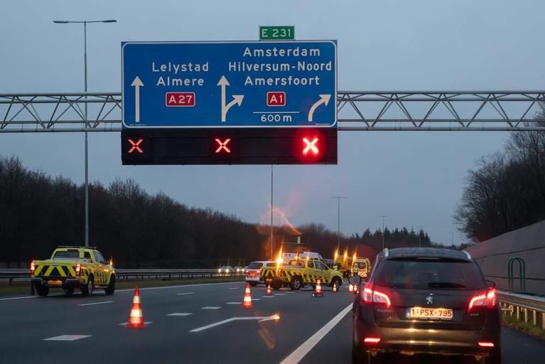 Slecht weer zorgt voor kettingbotsing op A27 bij Eemnes: 2 gewonden, weg lang afgesloten