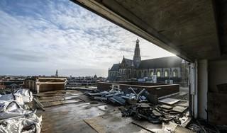 In het stadshart van Haarlem komen 99 nieuwe woningen. De bouw is begonnen, maar blijkt nogal lastig