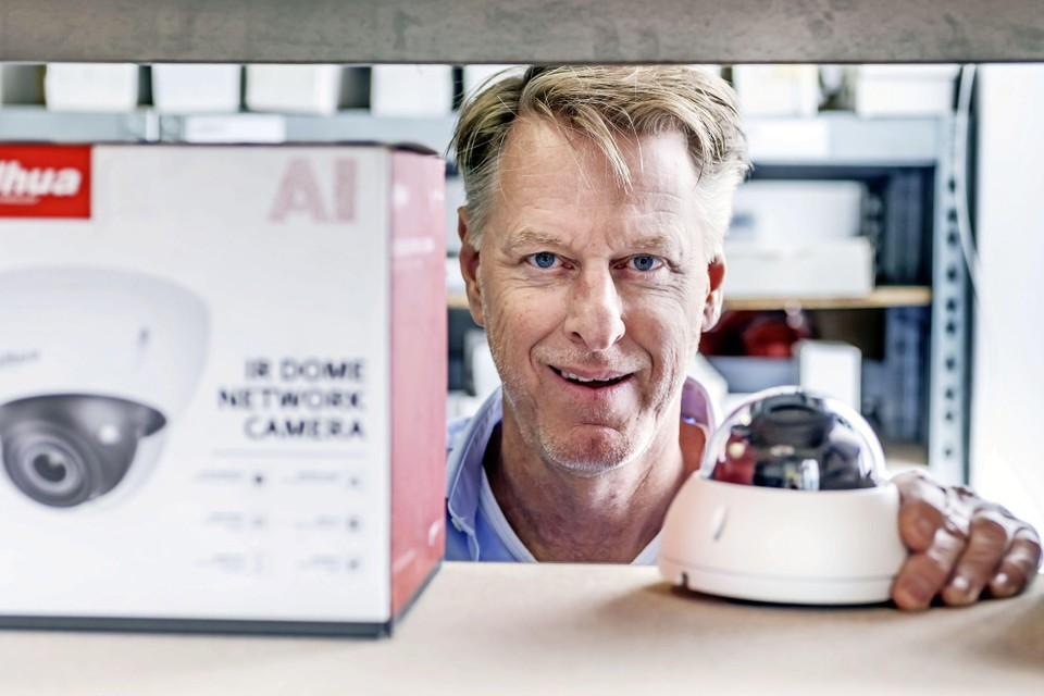 Directeur Hans Janssen tussen de bewakingscamera's. ,,In feite zorgen wij voor extra zintuigen.''