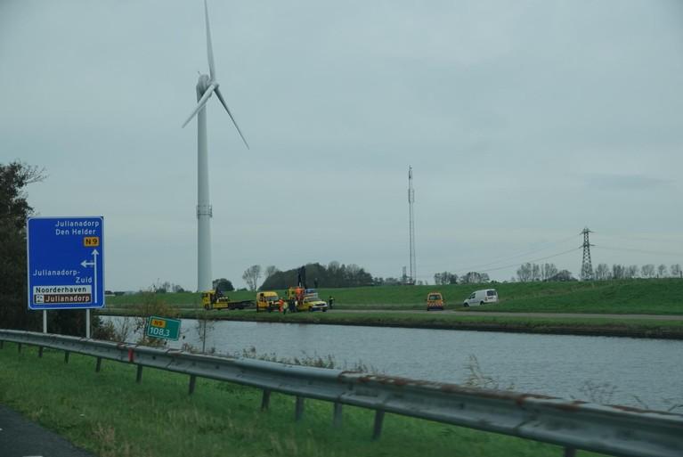 Auto rijdt kanaal in langs N9 ter hoogte van Julianadorp