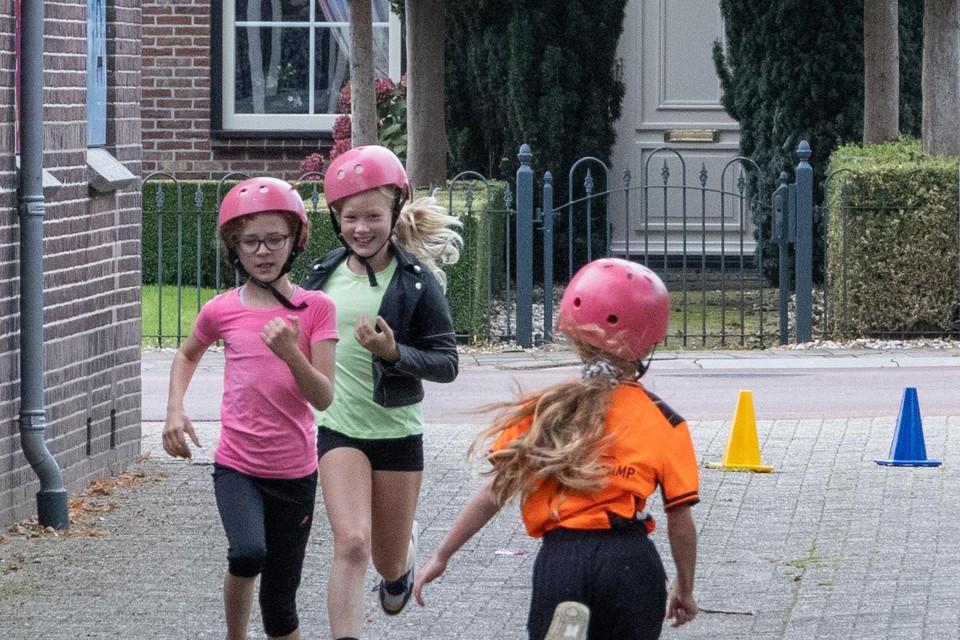 Tijdens het oefenrondje gaat de fietshelm bij het lopen alvast op.