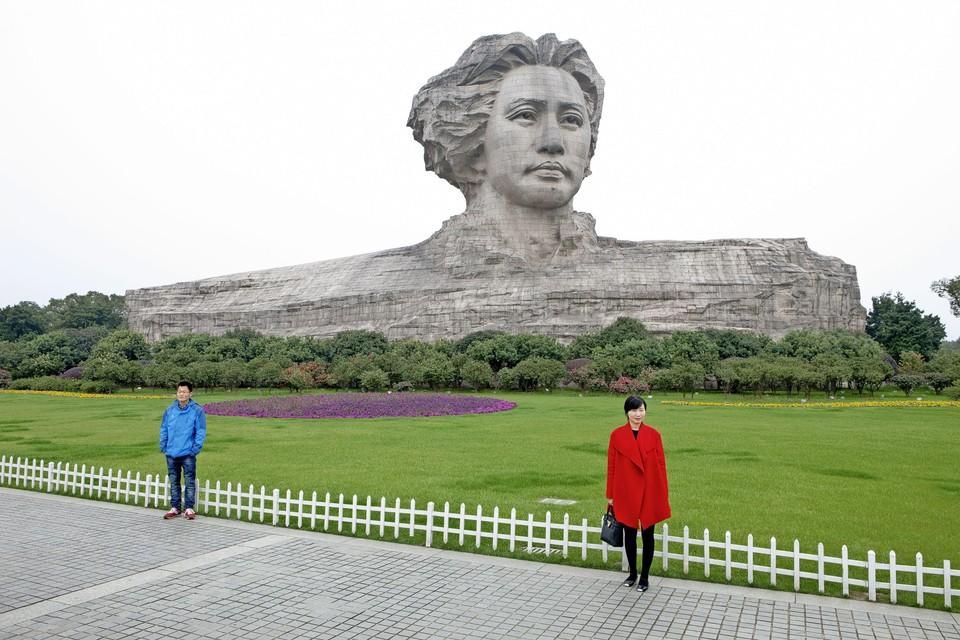Het beeld van een jonge Mao Zedong, dat pas tien jaar geleden werd gebouwd, staat op Orange-eiland in Changsha, een metropool niet ver van zijn geboorteplaats Shaoshan in de provincie Hunan. Het monument is 32 meter hoog en stelt de partijvoorzitter voor als een man vol jeugdig elan. Met stenen haar dat eruitziet alsof het in de wind speelt, is de buste gebaseerd op Mao's uiterlijk rond 1925.