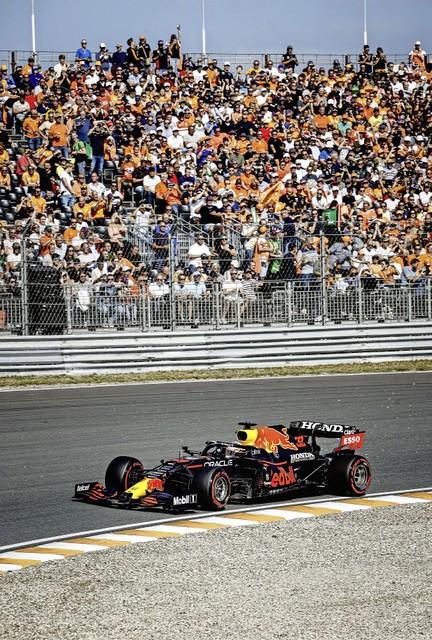 Max Verstappen (Red Bull Racing) in actie tijdens de tweede vrije training op het circuit van Zandvoort.
