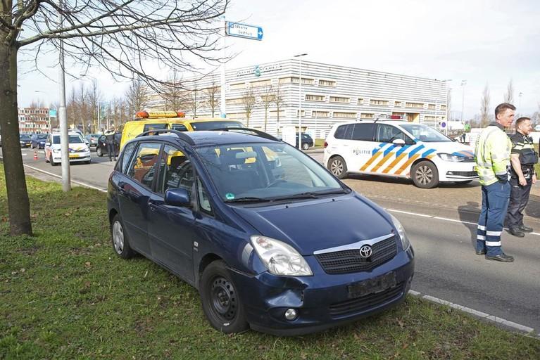 Vrouw gewond bij ongeluk door lesauto in Haarlem