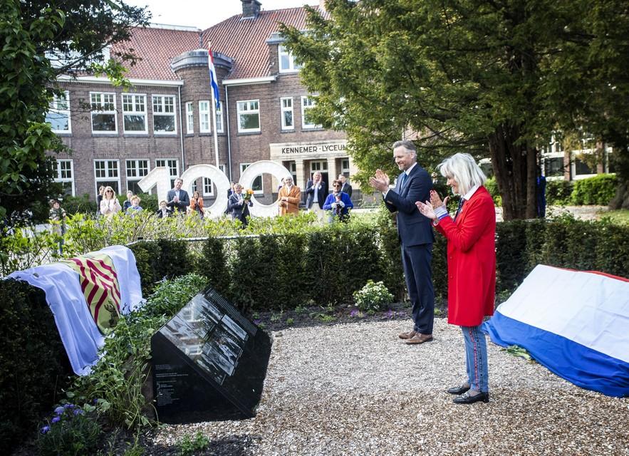 Barry Atsma en Ellen Wurpel-Van Hall bij de onthulling van het monument.