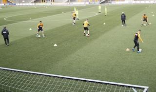 Eerste training FC Volendam: Afstand houden, niet koppen, bal niet oppakken, maar 'heerlijk om weer met de jongens op het veld te staan' [video]