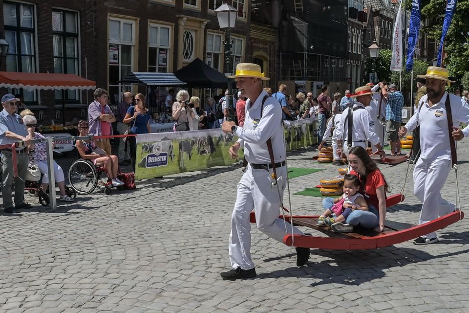 Kaasmarkt Hoorn in goede tijden, als toeristen nog meemogen op de berrie.