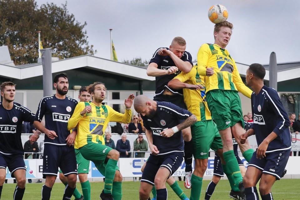 Rens Brouwer, maker van de 1-1, krijgt de bal goed op zijn hoofd maar de kopbal gaat net over het doel van Fortuna Wormerveer.
