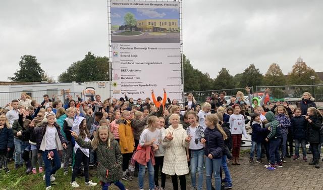 Na drie jaar wachten is nieuwbouw verbrande basisschool Het Driespan in Enkhuizen wel een dansje waard [video]