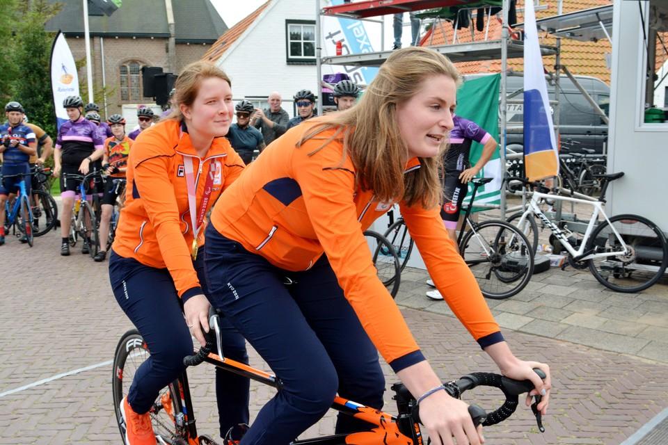 Larissa en Imke fietsen een ererondje, voorafgaand aan de Ronde van Oosterend.