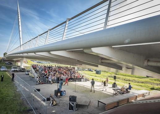 Calatravabrug De Harp het decor van Oerol-hit in Nieuw-Vennep