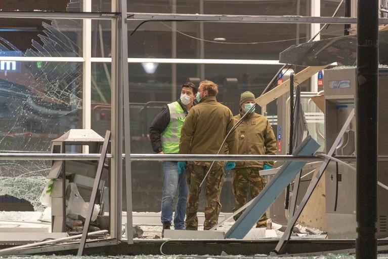 Ravage bij metrostation Amsterdam na plofkraak