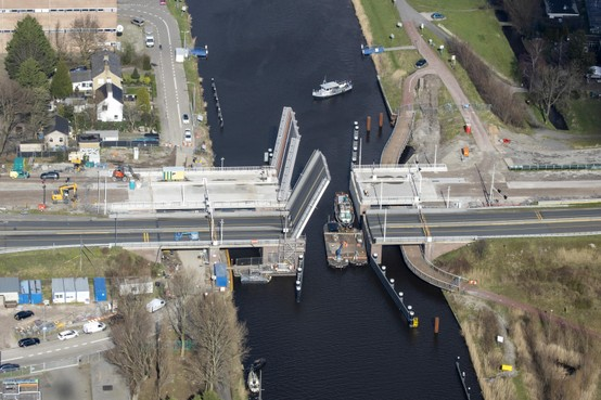 Leeghwaterbrug in Alkmaar: pontje vaart zaterdag voor het laatst, fietsroutes onder brug pas medio mei open