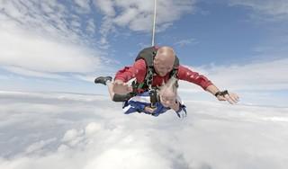 Negentig jaar te oud? Oma Nel kreeg voor haar verjaardag een parachutesprong; 'Als klein meisje droomde ik vaak dat ik in de lucht was. Heerlijk. Zo zwevend' [video]