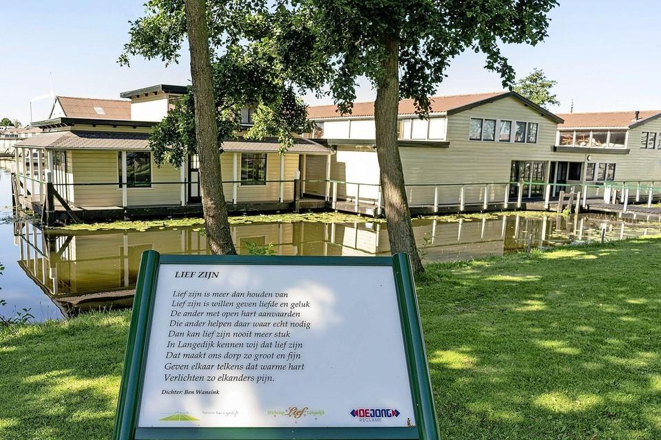 Een gedicht van Ben Wanskink bij het Museum BroekerVeiling. In de hele gemeente Dijk en Waard komen gedichtenborden.