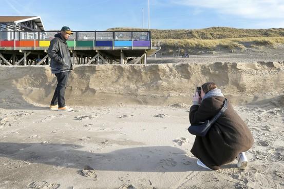 Meterhoge zandmuur op strand van Callantsoog na afslag door wind. Betekent dit dat zand opspuiten geldverspilling is? Nee hoor, verzekert Rijkswaterstaat