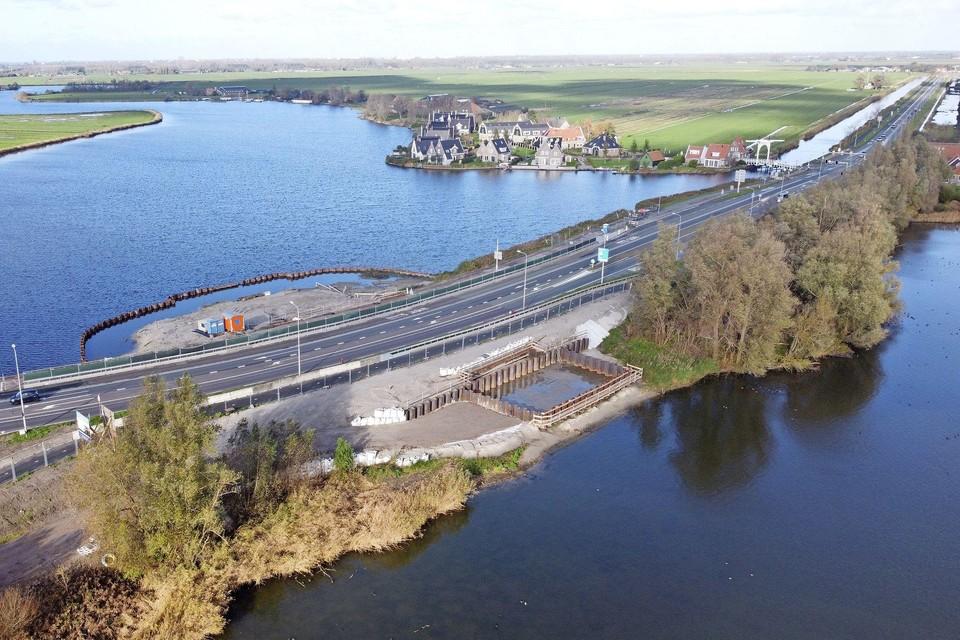 Het gemaal in Monnickendam in aanbouw, een van de projecten waarvoor het geleende geld wordt gebruikt.