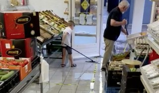 Pootje baden in winkels aan de Nieuwe Laagzijde en wakeboarden in de Gruttolaan. De enorme wolkbreuk vrijdagavond zorgde voor plezier en overlast [video]