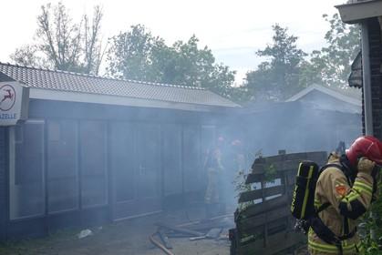 'Jammer dat ons dak weggefikt is, het was net nieuw'; eigenaar Aldo Pieters blijft nuchter na brand in voormalige showroom van rijwielhandel Dirk Visbeek in Krommenie