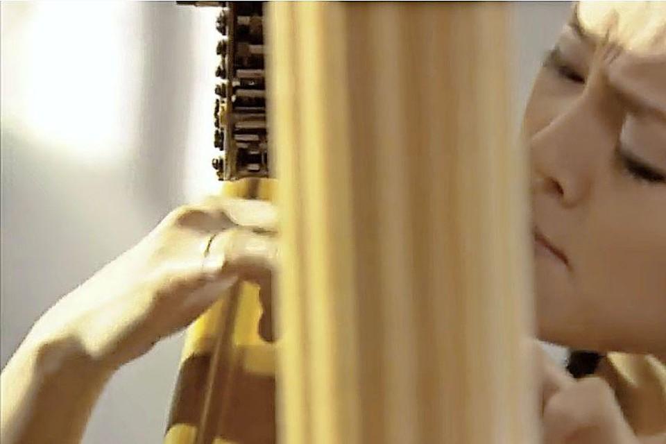 Harpiste Lavinia Meijer speelt onder andere een ode aan Philp Glass.