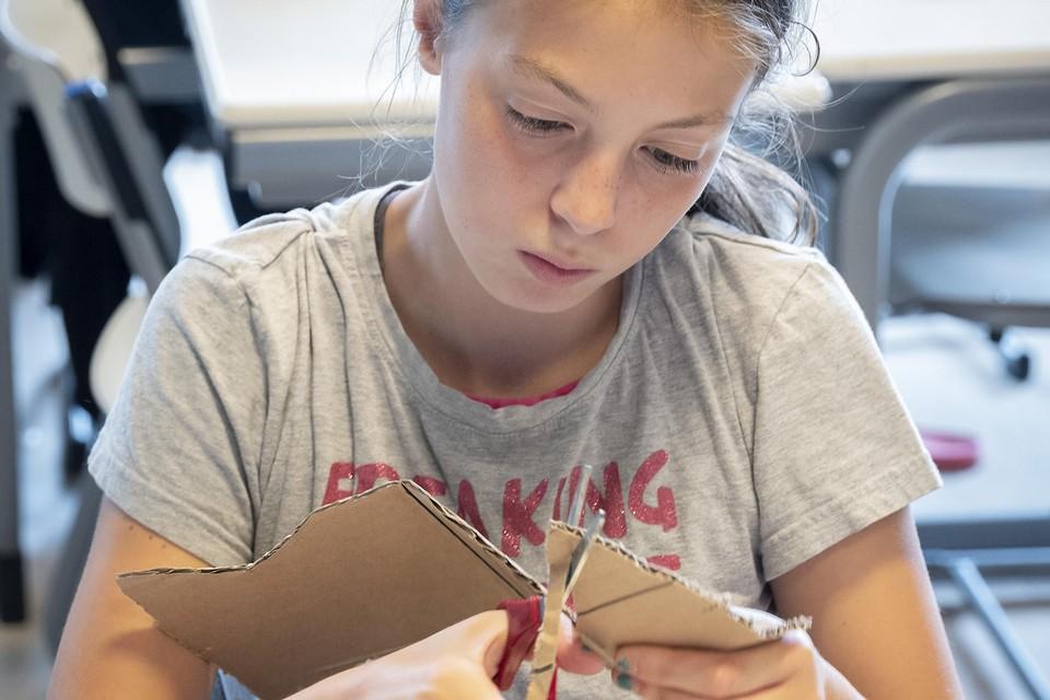 Zomerschool in De Zefier, er wordt in de ochtend geleerd en in de middag creatief ontspannen, onder andere door sport en spel.