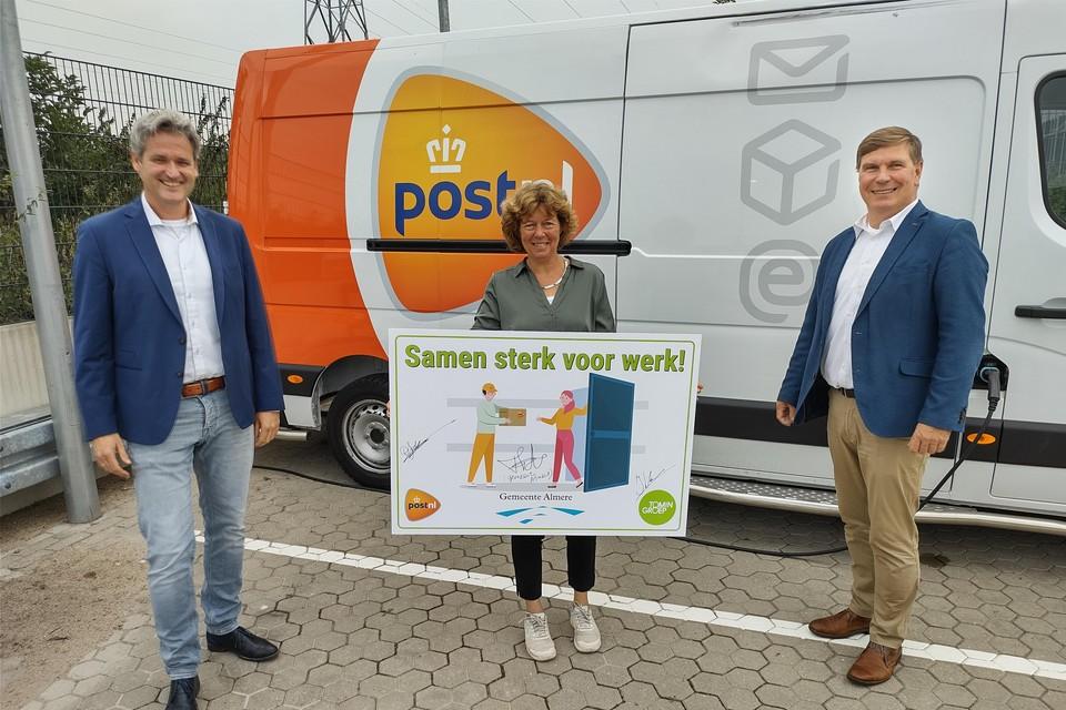 Het contract werd in bijzijn van Froukje de Jonge, wethouder Werk en Inkomen van de gemeente Almere, ondertekend door Derk Jan Adelerhof, directeur Sourcing van PostNL, en Ivo Korte, algemeen directeur Tomingroep.