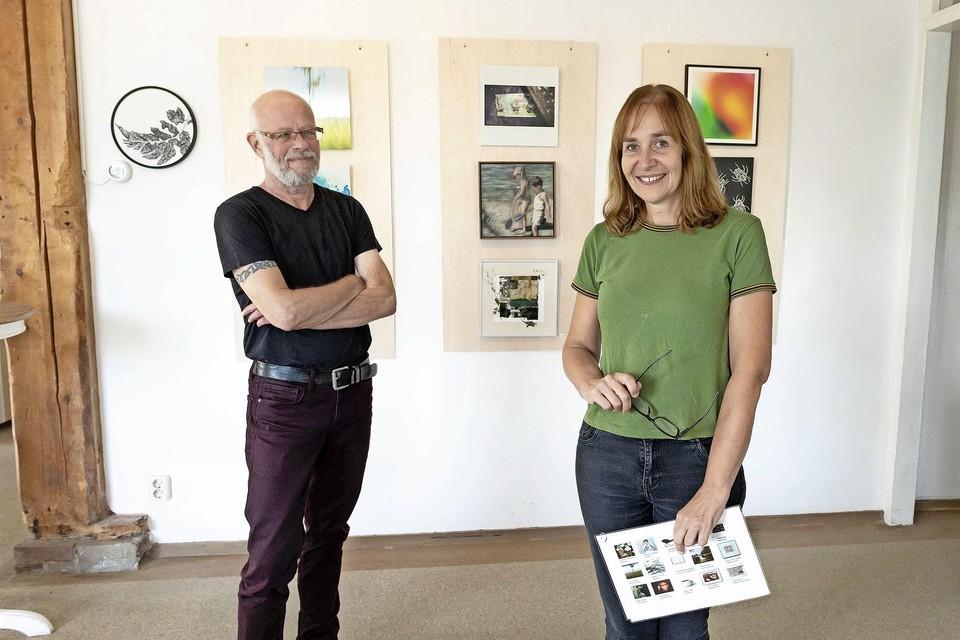 Samenstellers en kunstenaars Rob de Vries en Stella Burggraaf voor enkele van de werken. Lia van Ham ontbreekt op de foto.