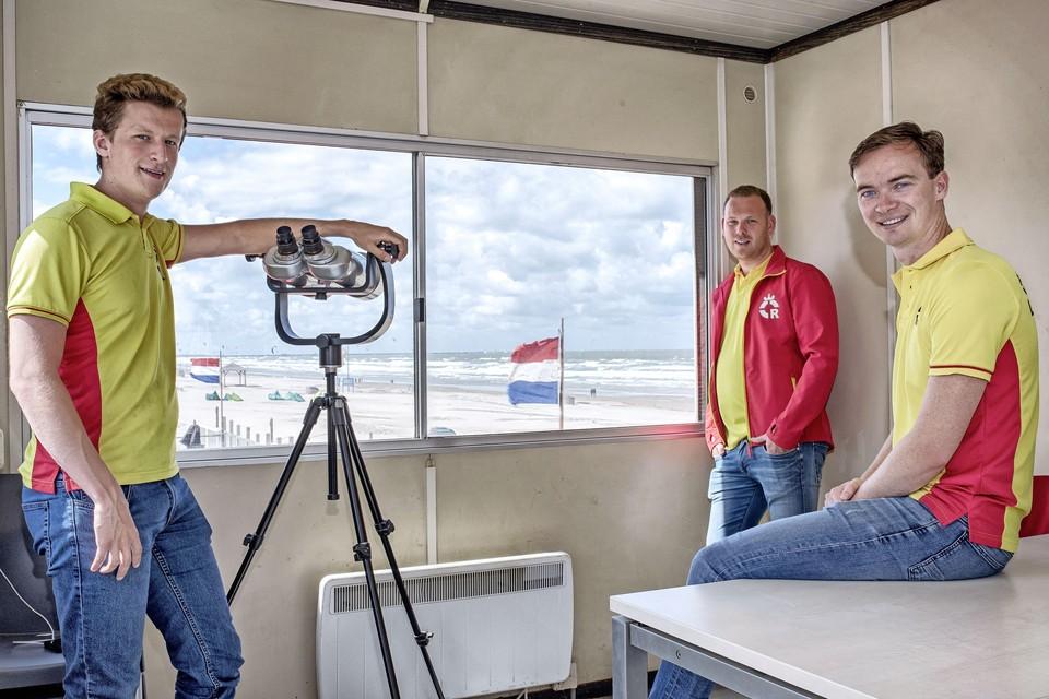 Van links naar rechts: Maarten Slingerland, Jeffrey Delforge en Marco de Leeuw van de Wijk aan Zeese Reddingsbrigade. Ze rekenen op een mooi en vooral druk strandseizoen. De foto is in juni 2020 gemaakt. Toen zorgden muien langs de Noord-Hollandse kunst voor veel problemen, ook in Wijk aan Zee.