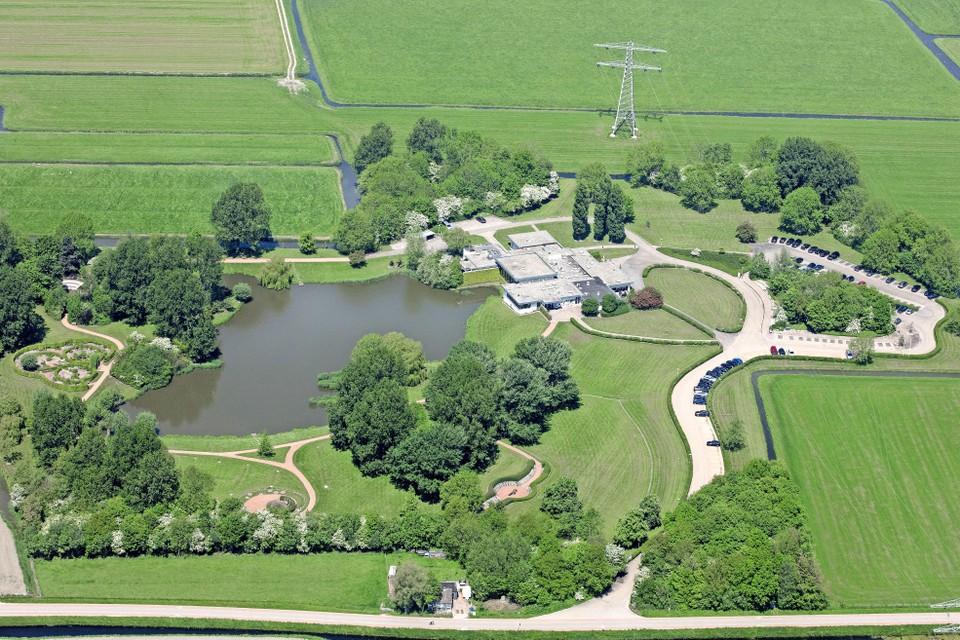 Luchtopname van het crematorium Yardenhuis van Schagen aan de Haringhuizenweg, dat na de overname door DELA wacht op een nieuwe eigenaar en voorlopig blijft bestaan onder de huidige naam.