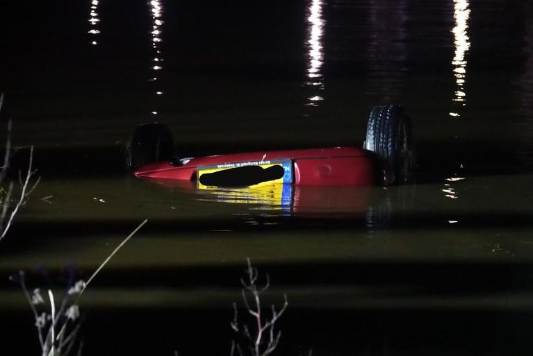 Auto te water bij Broek in Waterland, vrouw gereanimeerd