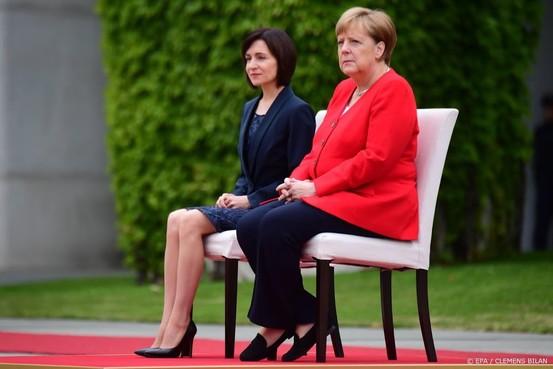 Merkel luistert weer zittend naar volkslied